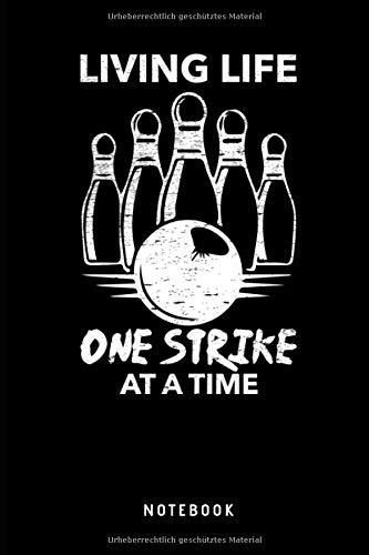 Living Life One Strike At A Time Notebook: Liniertes Notizbuch für Bowler oder Kegler Journal - Tagebuch, Notizbuch und lustiges Taschenbuch für Männer und Frauen di Bowling Taschenbuch