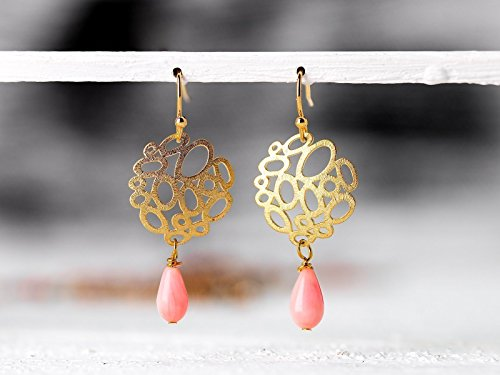 Zierliche Ohrringe in Koralle und Gold: Moderne, leichte Bubble-Ohrhänger mit rosa/pink Koralle-Tropfen