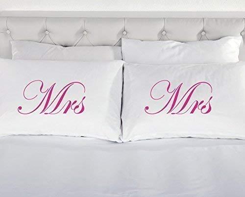 60 Second Makeover Limited - Kissenbezüge Weiß mit Rosa Mrs und Mrs Aufdruck - Witziges Bettwäsche Geschenk für Homosexuelle Ehen Partnerschaften