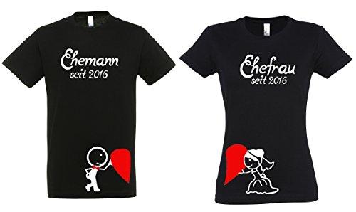 """2 Partner Look Shirts """"Ehefrau"""" und """"Ehemann"""" ein Herz haltend mit Wunschjahr für Pärchen als Geschenk - Valentinstag oder Hochzeitstag (Schwarz)"""