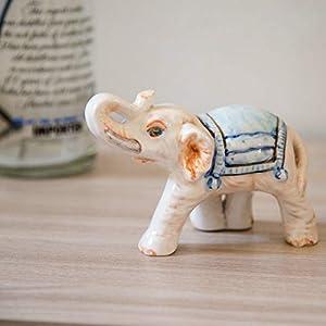 Keramischer Elefant mit blauem Teppich