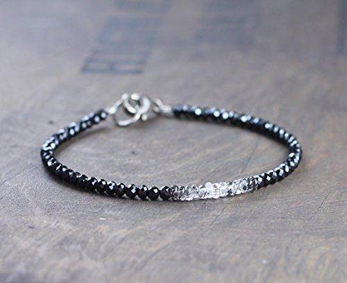 Ombre nero spinello & rutilato quarzo bracciale in argento o oro riempito, delicate shaded bracciale multistrato in bianco nero 3mm