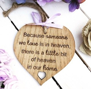 Holzschild, Herz mit englischsprachiger Aufschrift, Because Someone We Love is in Heaven, There 's A Little Bit Of Heaven in Our Home