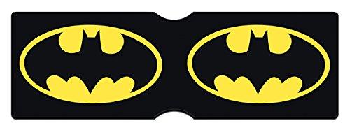 No hay necesidad de seguir a la multitud cuando se complementa con un titular para organizar sus tarjetas. Este titular de tarjeta DC Comics flexible incluye dos ranuras para sus artículos más importantes, y presenta un gran logotipo amarillo de Batm...