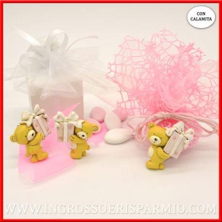 Magnete/calamita in resina colorata a forma di orsetto che regge un piccolo pacco regalo di colore rosa da femminuccia - bomboniere battesimo,nascita,comunione, primo compleanno (kit 12 pz)