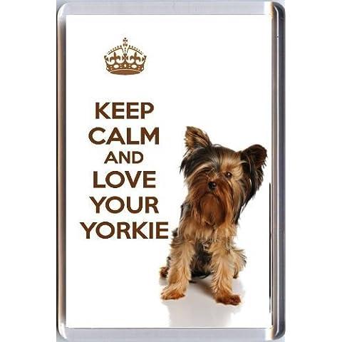 MANTENERE LA CALMA E L'AMORE TUO YORKIE un Calamita Da Frigorifero con una immagine di carino Yorkshire Terrier cane dalle nostre KEEP CALM AND Carry On gamma. compleanno o Natale regalino
