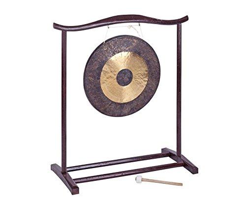 Betzold Musik 84185 - Chinesischer Gong mit Holzstativ, von Hand gehämmert, 50 cm Oberfläche, inklusive Holzstativ und Schlägel - Klang Klangspektrum Musik Musikinstrumente Musiktherapie Klangreisen