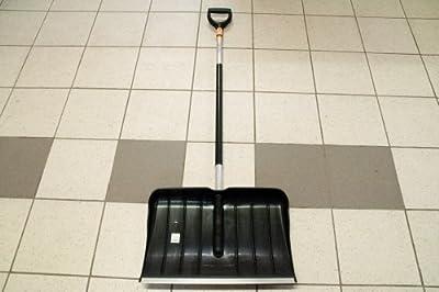 Fiskars Schneeräumer Kunststoff mit auswechselbarer Alukante, Aluminiumstiel, Blattbreite: 54 cm, Lange: 152 cm