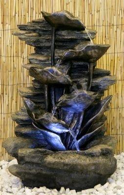 Fontana a cascata con foglie d'argento e luci