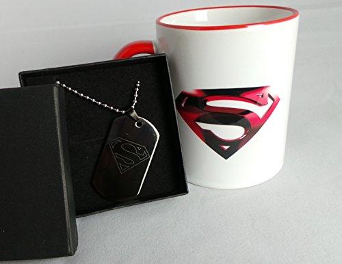 Exklusives Geschenkset GPO GRUPPE Superman Logo Aufdruck auf mikrowellengeeignet & spülmaschinenfest Roter Rand und roten Griffen 11oz Mug Tasse mit Diamantschliff Hundemarke mit englischer Gravur in schwarz (Gruppe Minion Kostüme)