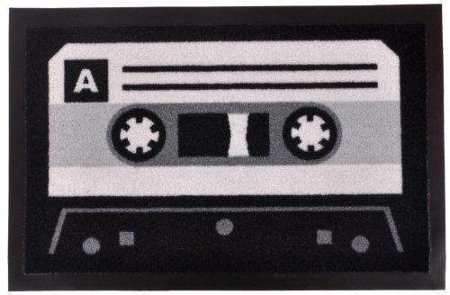 bstreifer / Sauberlaufmatte / Türfußmatte / Fußabstreifer / Fußabtreter / Fussabtreter / Fussabstreifer / Türmatte / Motivfußmatte / Fussmatte / Schmutzfangmatte / Kassette Musikkassette Compact Cassette Compactcassette MC Tonträger aus 70er Jahren bis zu den Späten 90er Jahren aktuell grau schwarz Grösse 40 x 60 cm (Kassetten-fußmatte)
