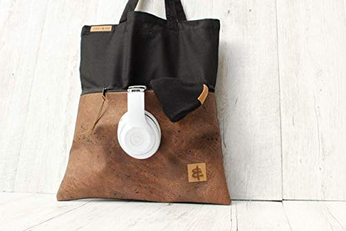 Shopper aus Baumwolle in SCHWARZ mit einer Reißverschluss-Außentasche aus Kork-Leder in BRAUN.