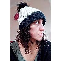 Gorro mujer de lana hecho a mano de color blanco y negro con pompón de pelo 315560422c2