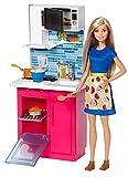 Barbie Mobilier Coffret Cuisine avec poupée en robe, micro-ondes, four, évier et accessoires de cuisine,...