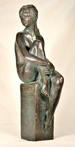 Figur Skulptur Frau sitzende auf einem Sockel