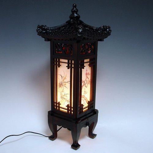 Lampada lavorata a mano in legno intagliato da tavolo e tettuccio in arte deco con motivo dragone tradizionale coreano o lanterna abat-jour in legno intarsiato marrone in stile orientale per camera da letto