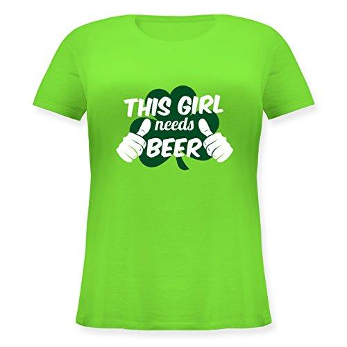 St. Patricks Day - This Girl Needs Beer Kleeblatt - Lockeres Damen-Shirt in Großen Größen mit Rundhalsausschnitt Hellgrün