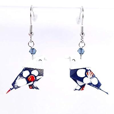 Boucles d'oreilles oiseaux origami avec des fleurs blanches sur fond bleu marine - crochets inox