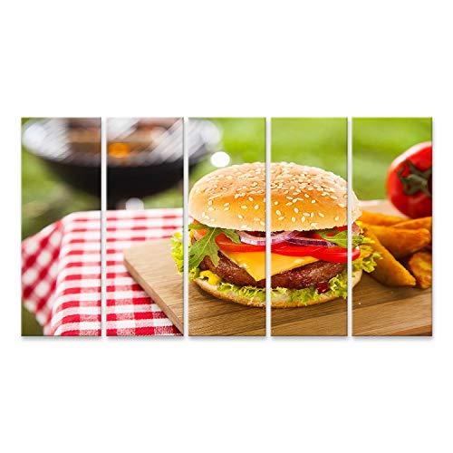 wand Leckerer Cheeseburger mit geschmolzenem Cheddar-Käse, der über Hackfleisch-Burger tropft, garniert mit frischen Salatzutaten und serviert auf einem Holztisch auf EIN ()