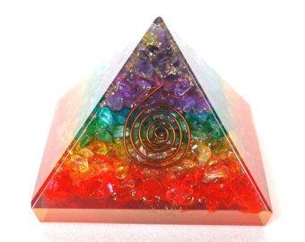 Healing Crystals India Designer & Multi-Chakra energetische Orgonit-Pyramide, Energetische Energie-Generator, wunderschöne Pyramide mit Gravur (Chakra- Orgon 40 - 55mm)  -
