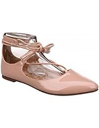 Zapato plano color rosa. Detalle de tiras con borlas en el tobillo. Acabado en punta. Altura de la suela 1,0 cm.