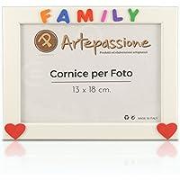 Cornici per foto in legno con la scritta Family e decorata con cuoricini, da appoggiare o appendere, misura 13x18 cm Bianca. Ideale per regalo e ricordo.