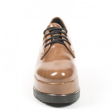 Ideal Shoes - Derbies vernies à plateforme et semelle crantée Tamera Camel