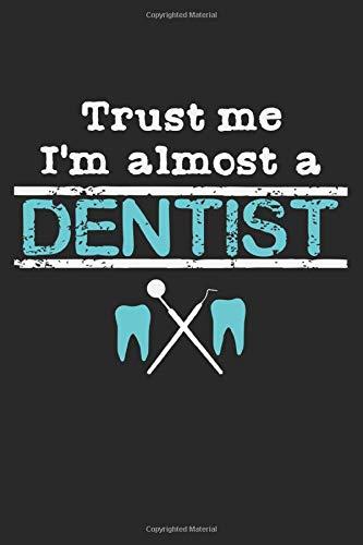 Trust Me, I\'m Almost A Dentist: A5 Notizbuch, 120 Seiten liniert, Lustiger Spruch Student Zahnmedizin Zahnarzt Zahnärztin Arzt Ärztin Kieferorthopäde