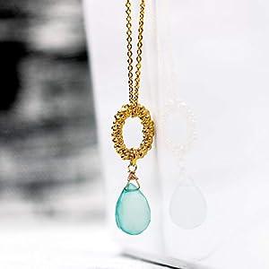 Moderne Edelstein-Kette mit Chalcedon, gold: Elegante vergoldete Glieder-Kette mit facettiertem, blau-türkis-farbenem Aqua-Chalcedon; das perfekte Geschenk