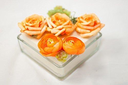 un plato cuadrado con rosas y camelias