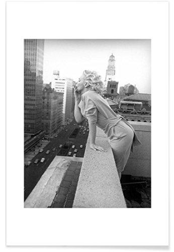 """JUNIQE® Poster 20x30cm Schwarz & Weiß Marilyn Monroe - Design """"Marilyn Monroe in New York, 1955"""" (Format: Hoch) - Bilder, Kunstdrucke & Prints von unabhängigen Künstlern - Marilyn Monroe Kunst - entworfen von Vintage Photography Archive"""