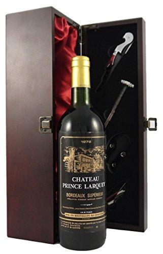 1978 Chateau Prince Larquey Bordeaux Superieur Wein in einer mit Seide ausgestatetten Geschenkbox. Da zu vier Wein Zubehör, Korkenzieher,Giesser,Kapselabschneider,Weinthermometer