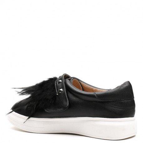 Ideal Shoes - Slip-on en similicuir décoré de clous et plumes Haley Noir