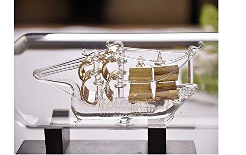 Barco De Vela De Oro En La Botella De La Nave En El Vidrio De Pasillo