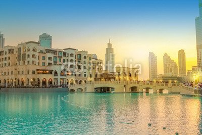 Wunschmotiv: Scenic view of Burj Khalifa Lake, a pool where they dance the Dubai Fountain. On background, the bridge that connects the Dubai Mall to Souk Al Bahar. People crowd around the shopping area at sunset. #121955415 - Bild als Foto-Poster - 3:2 - 60 x 40 cm / 40 x 60 cm