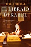 """Novembre 2001. Åsne Seierstad entra a Kabul e nella vita di Sultan Khan, il libraio che ha pagato con il carcere lo scontro per la dignità della sua nazione. La giovane reporter norvegese diventa per quasi un anno """"la figlia bionda"""" di Sultan, ospite..."""