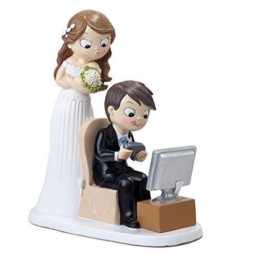 Original figura de pastel para boda donde el novio es un apasionado de los video juegos mientras ella le mira algo enfadada. Es perfecta para todas las parejas en las que el novio es un apasionado de las consolas. Llena de detalles y de vivos colores...