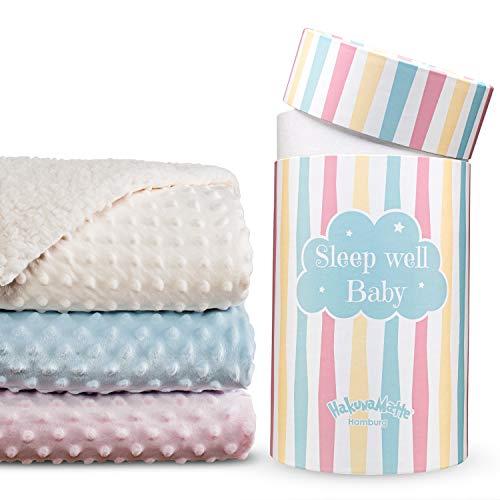 Flauschige Babydecke, Geschenk zur Geburt | Weiche Minky-Sherpa Kuscheldecke, Krabbeldecke & Kinderwagendecke für Junge & Mädchen | Hochwertige Geschenkbox | 100x80cm beige