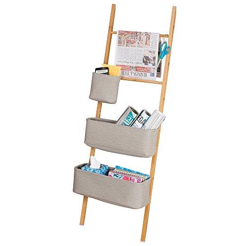 mDesign Estanteria de escalera en bambu – Sin taladro – Mueble auxiliar con cestas de tela, perfecto como organizador de escritorio para agendas, archivadores y cuadernos – Natural / gris
