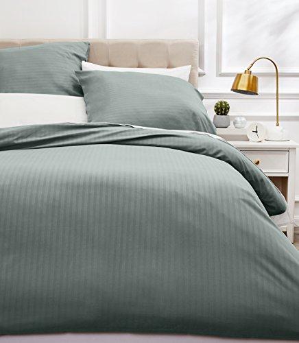AmazonBasics Parure de lit avec housse de couette haut de gamme avec deux taies d'oreiller, 260 x 240 cm, Gris fonc