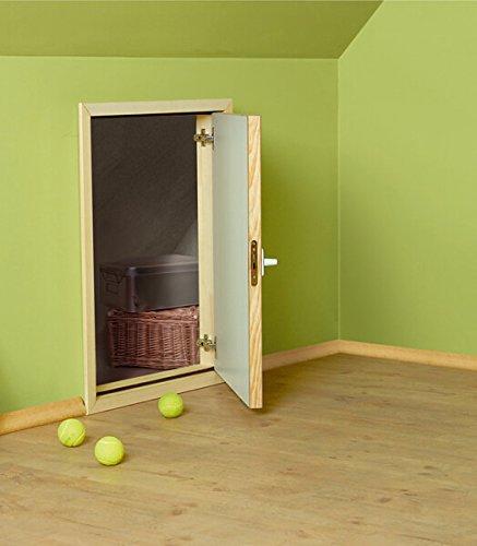 Die Kniestocktür ermöglicht einen Zugang zum dahinter liegenden Stauraum.