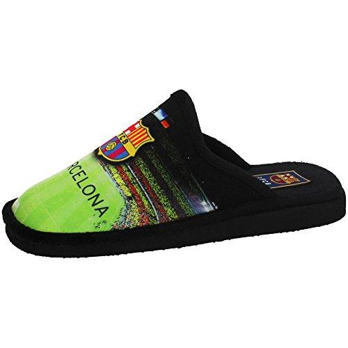 Bonitas zapatillas de casa del FC Barcelona con el Camp nou de escenario viéndose el cesped verde. Estas originales zapatillas slippers son Hechas en España por Calzados Puche de Andinas.