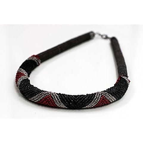 Collar gargantilla tejido a crochet circular y cuentas con serie de colores rojo,negro y plateado