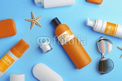druck-shop24 Wunschmotiv: Sun protection creams on blue background, top view #123504195 - Bild auf Alu-Dibond - 3:2-60 x 40 cm/40 x 60 cm -