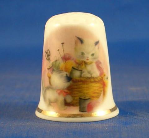 En porcelaine anglaise de collection avec dé chaton dans un Panier de couture
