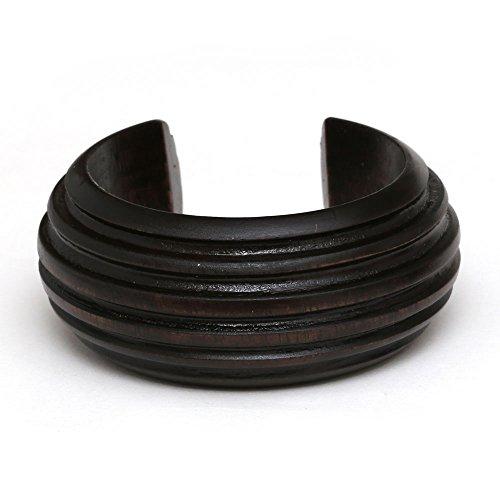 Idin-bracciale in legno marrone scuro con linea orizzontale intagliato design.