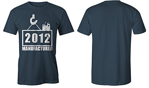 Manufactured 2012 - Rundhals-T-Shirt Männer-Herren - hochwertig bedruckt mit lustigem Spruch - Die perfekte Geschenk-Idee (03) dunkelblau