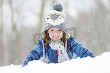 "Leinwand-Bild 90 x 60 cm: ""Funny little girl having fun in beautiful winter park during snowfall"", Bild auf Leinwand"