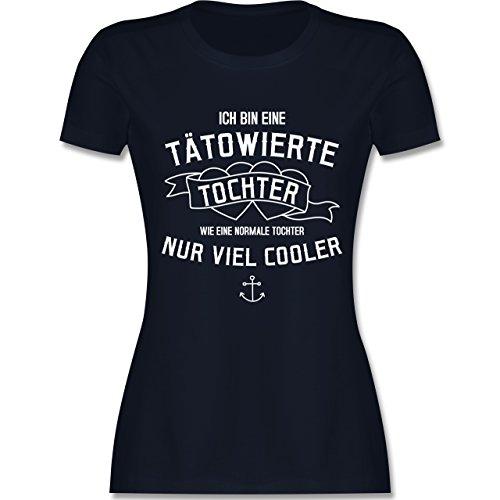 Typisch Frauen - Ich bin eine tätowierte Tochter - tailliertes Premium T-Shirt mit Rundhalsausschnitt für Damen Navy Blau