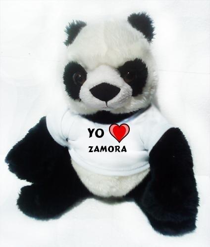 Panda de peluche (juguete) con Amo Zamora en la camiseta...